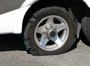 Những nguyên nhân gây nổ lốp xe là do để xe quá lâu ở mặt đường nóng.