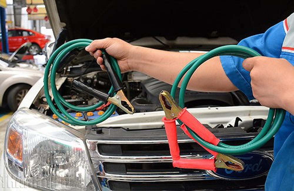 Một trong những nguyên nhân thường gặp của hiện tượng không khởi động được xe là bình ắc quy tốt yếu hoặc hết điện. Dưới đây là cách khởi động lại xe khi bình ắc quy hết điện.