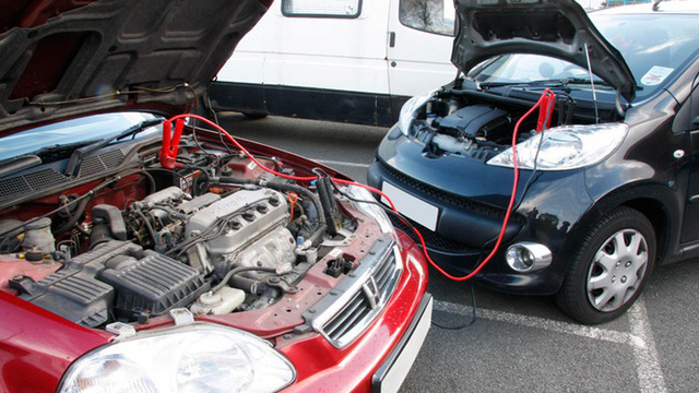 Thiết bị cần có trong tình huống này là một bộ dây câu và một nguồn điện tương ứng với ắc-quy của xe