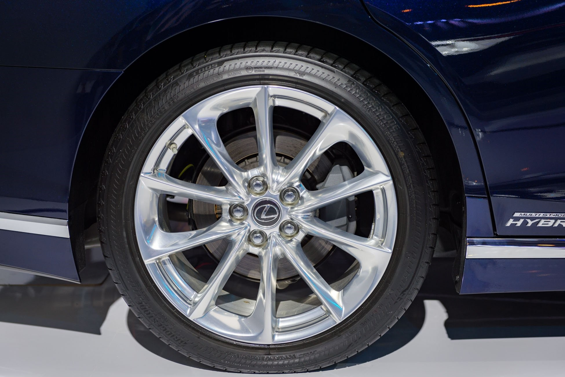 Đã bao giờ bạn thắc mắc vì sao màu lốp xe ô tô lại chỉ có màu đen mà không phải màu khác chưa?